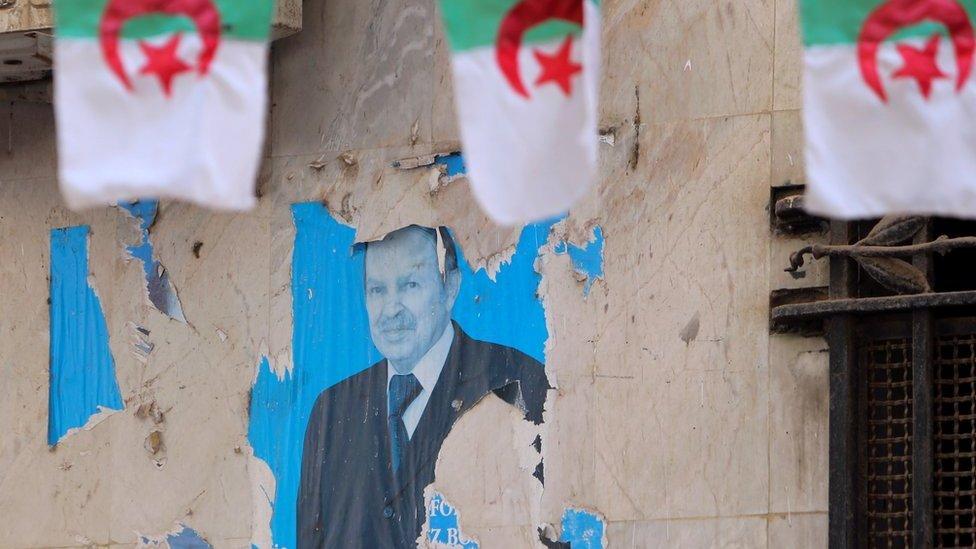 صورة تظهر ملصقا قديما للرئيس الجزائري السابق عبد العزيز بوتفليقة