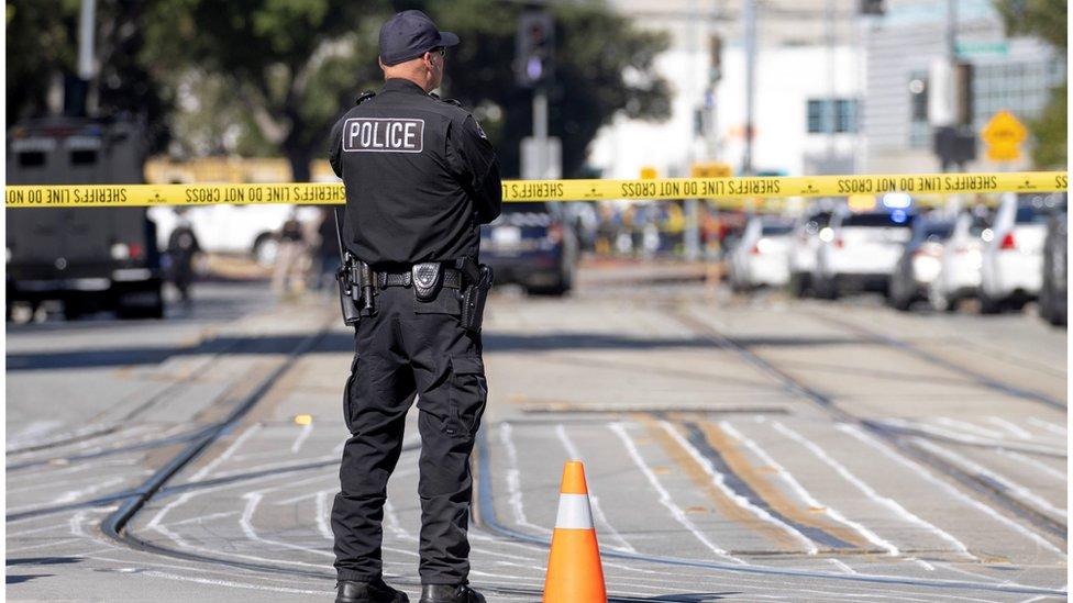 ضابط أمريكي في موقع حادث إطلاق نار سابق