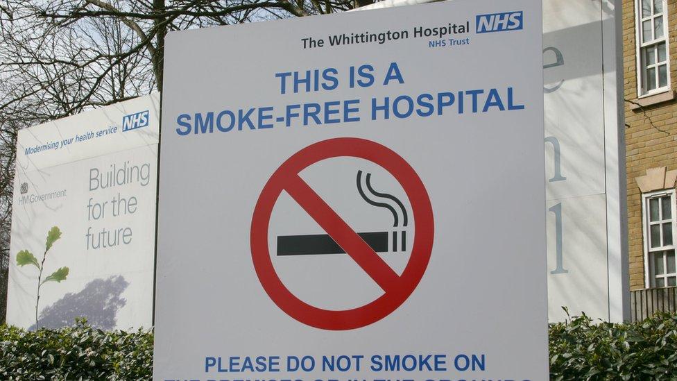 Великобритания хочет бросить курить к 2030 году. Помешать может только политика