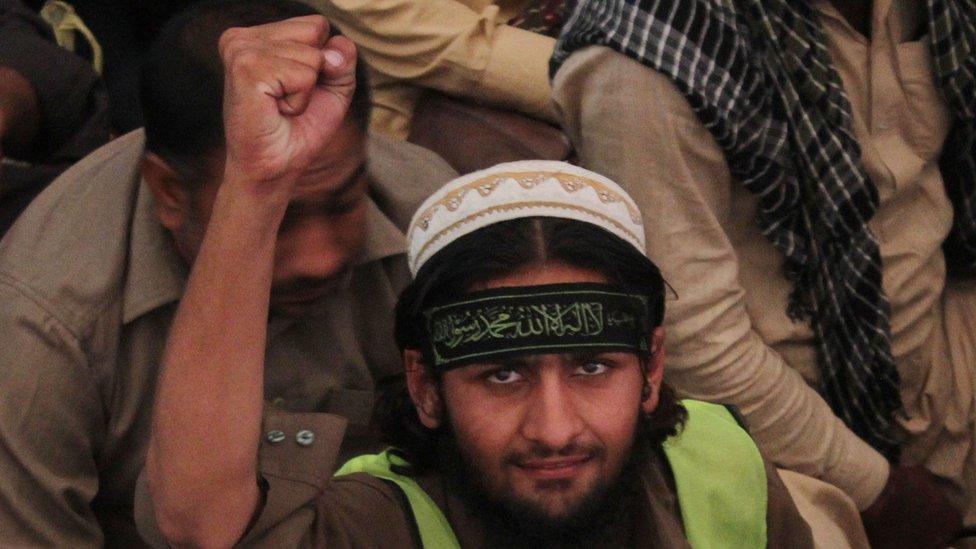 2014 में लाहौर में हुई एक रैली में हाफ़िज सईद का एक समर्थक