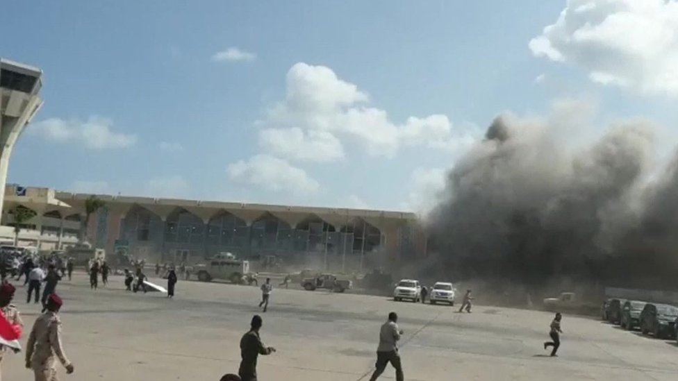 Yemen: Explosions as new government arrives at Aden airport