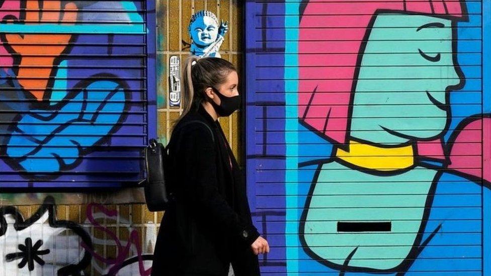 İngiltere'de maske takmış bir kişi