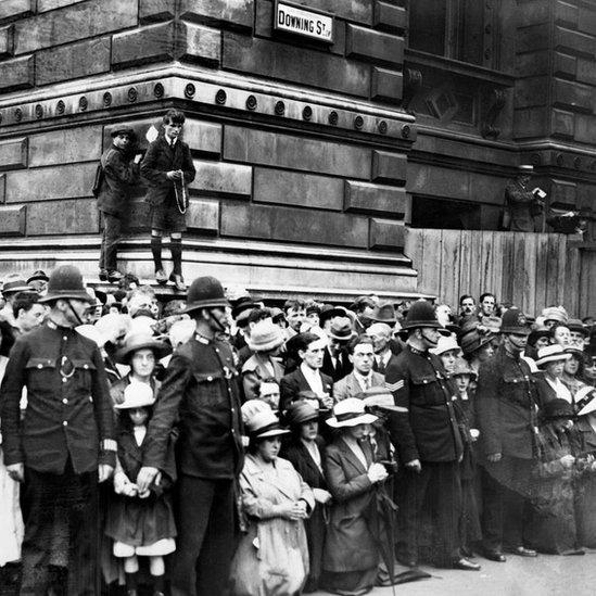 Irlandeses manifestando en contra de la partición de Irlanda a las afueras de Downing Street, la residencia del primer ministro británico en Londres.