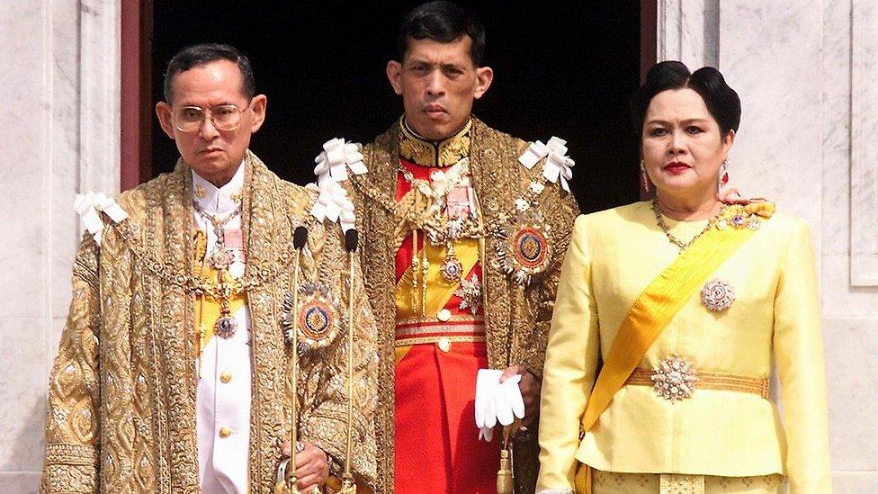 Keluarga kerajaan Thailand, 1999: (kiri-kanan) mendiang Bhumibol Adulyadej, Raja Maha Vajiralongkorn, dan Ratu Sirikit