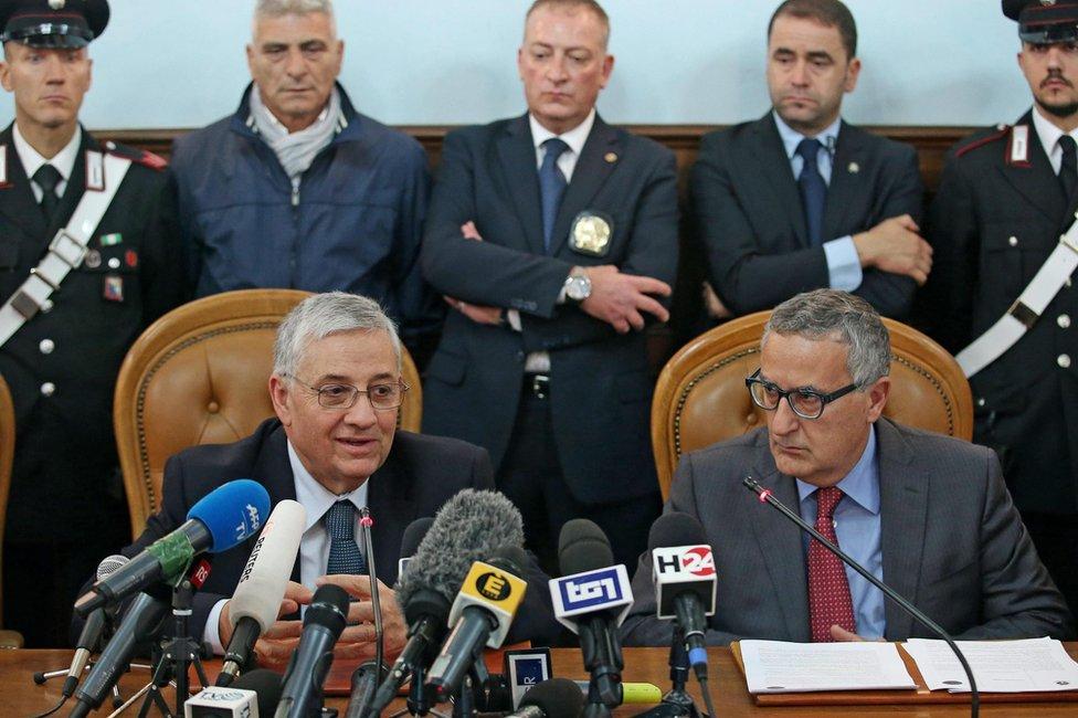 Rome's Public Prosecutor Giuseppe Pignatone (L) and Italian Public Prosecutor against the mafia, Franco Roberti (R), at a press conference in Rome (12 November 2015)