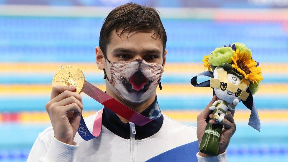 إيفجيني ريلوف الحاصل على الميدالية الذهبية الروسي خلال حفل تتويجه بالميدالية في نهائي 200بطولة السباحة لـ 200 متر في دورة ألعاب طوكيو الأولمبية 2020
