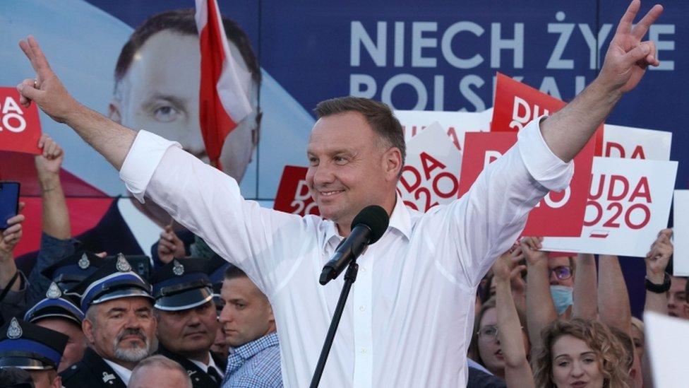 Poljski predsednik Duda podiđe ruke u vazduh tokom kampanje u julu 2020