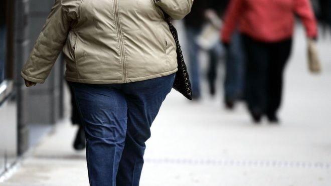 جسم امرأة بدينة لا يظهر وجهها
