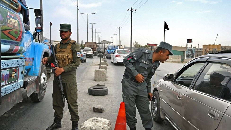Police in Kabul check vehicles