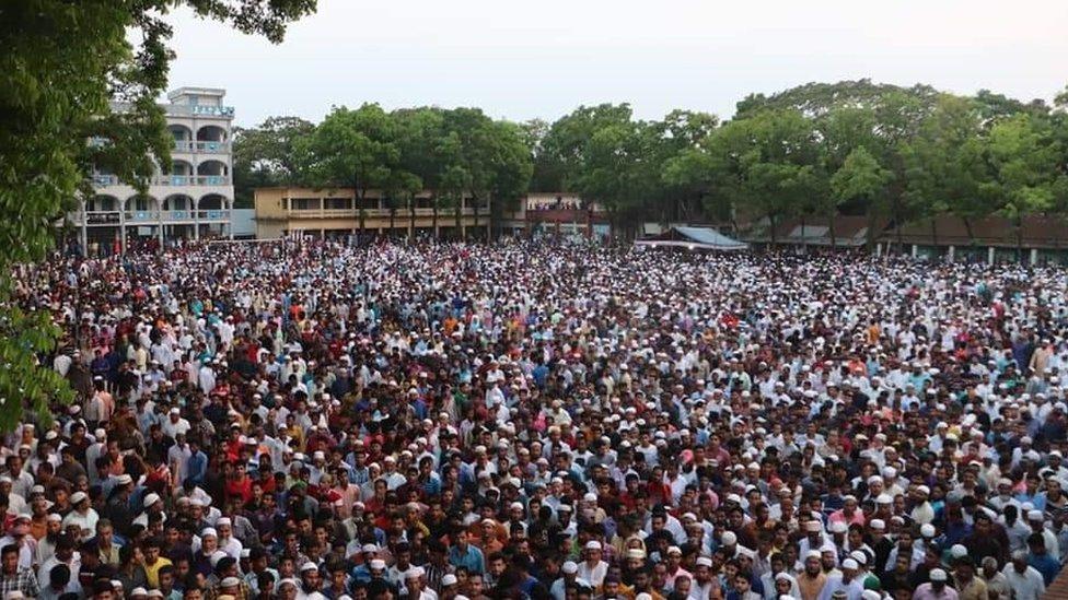 Cientos de personas en el funeral de Nusrat