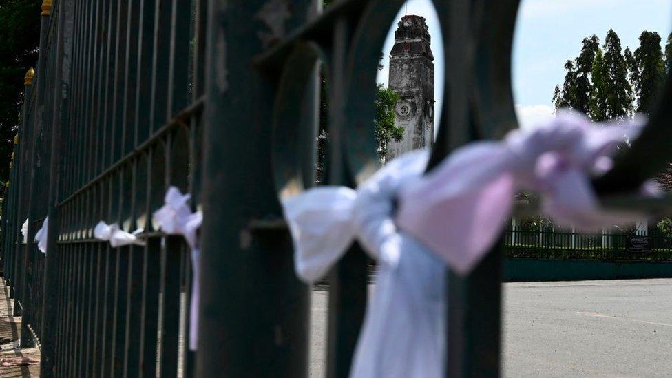 سريلانكيون من مختلف المعتقدات ربطوا أشرطة بيضاء خارج المحرقة احتجاجاً على حرق جثة الرضيع شيخ