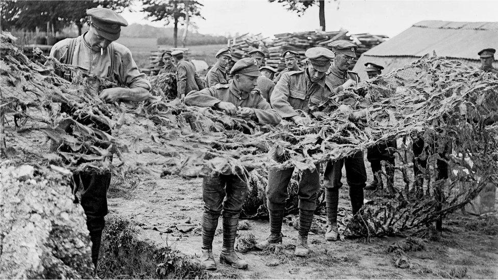 Askerler Basseux'de kamuflaj ağ örüyor - 16 Haziran 1918