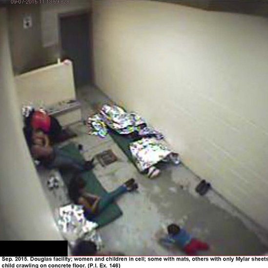 Un grupo de mujeres con niños en una de las celdas de inmigración de EE.UU.