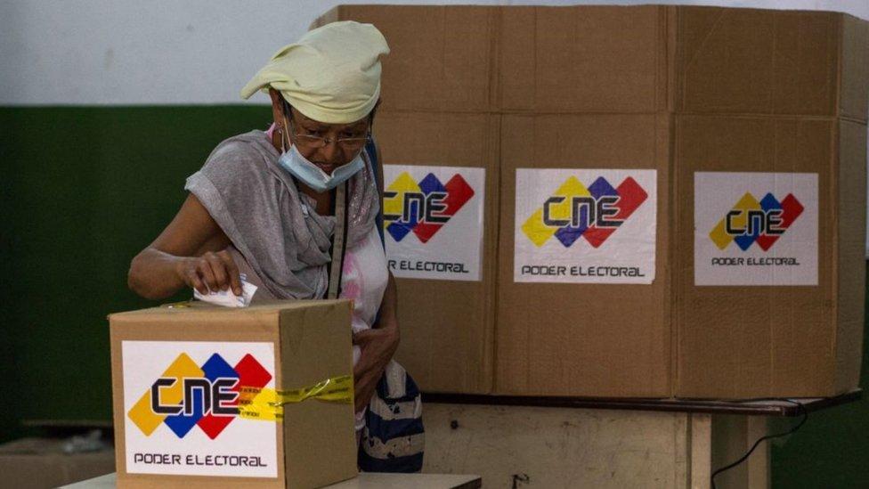 Una mujer votando en un simulacro de elecciones en noviembre, en Petare, Caracas.