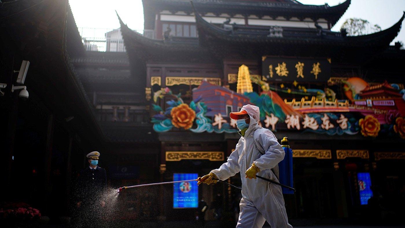 在上海豫園,一名防疫人員正在進行消毒。