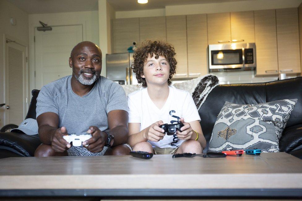 Peter y Anthony jugando videojuegos.