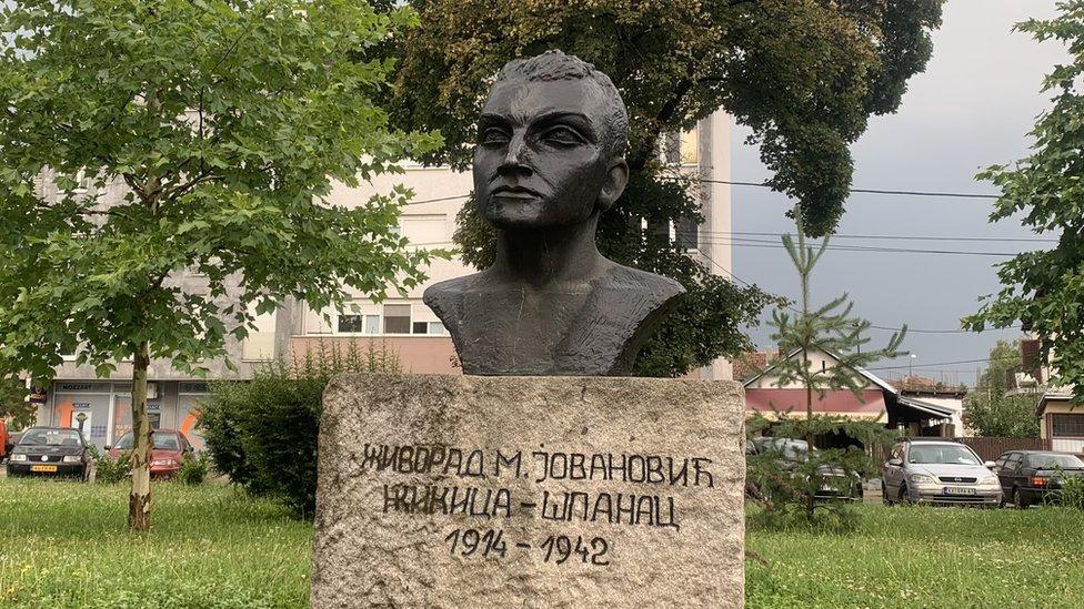 Bista heroja nalazi su u gradskom parku i rad je vajarke Vide Jocić