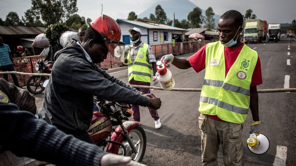 Un mototaxista se lava las manos en una estación de detección de ébola en la República Democrática del Congo.