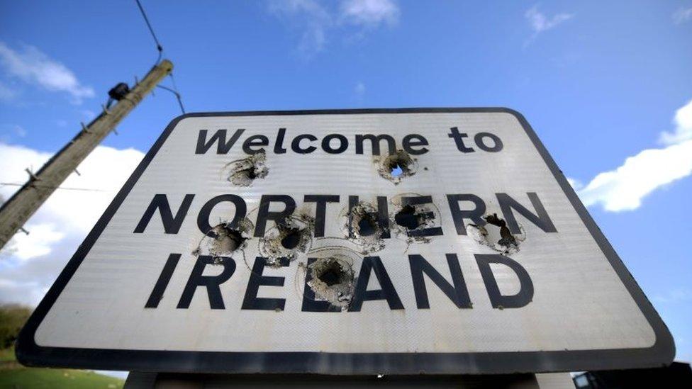 愛爾蘭與北愛爾蘭之間的一個路標,上面寫著:歡迎進入北愛爾蘭。