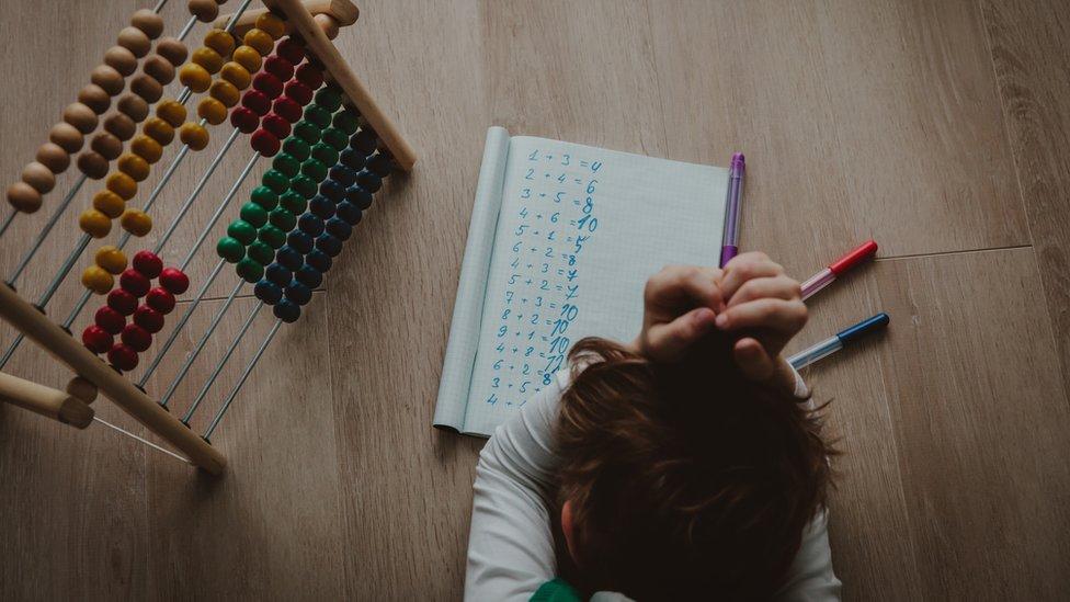 Deca sa rukama preko glave zbog matematičkog zadatka