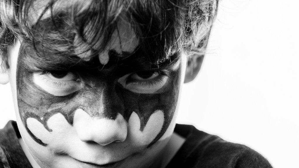 Niño con máscara de Batman