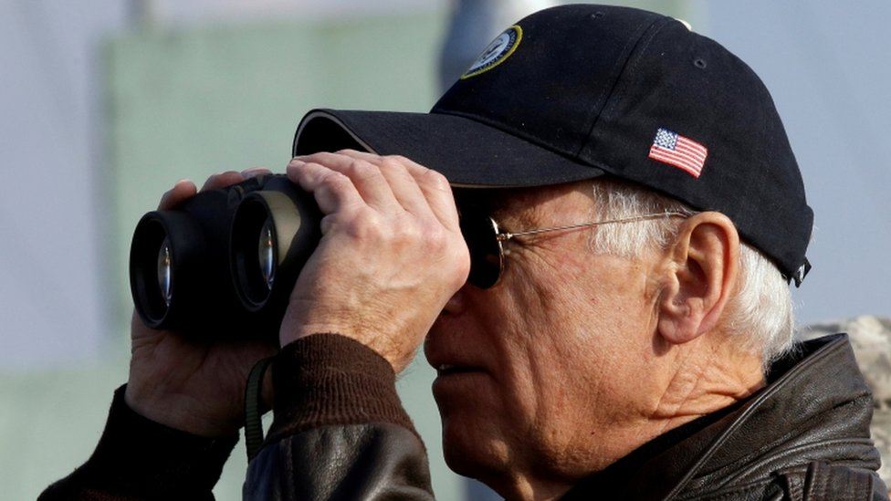 جو بايدن، نائب الرئيس الأمريكي آنذاك، ينظر إلى كوريا الشمالية من كوريا الجنوبية في 7 ديسمبر/كانون الأول 2013