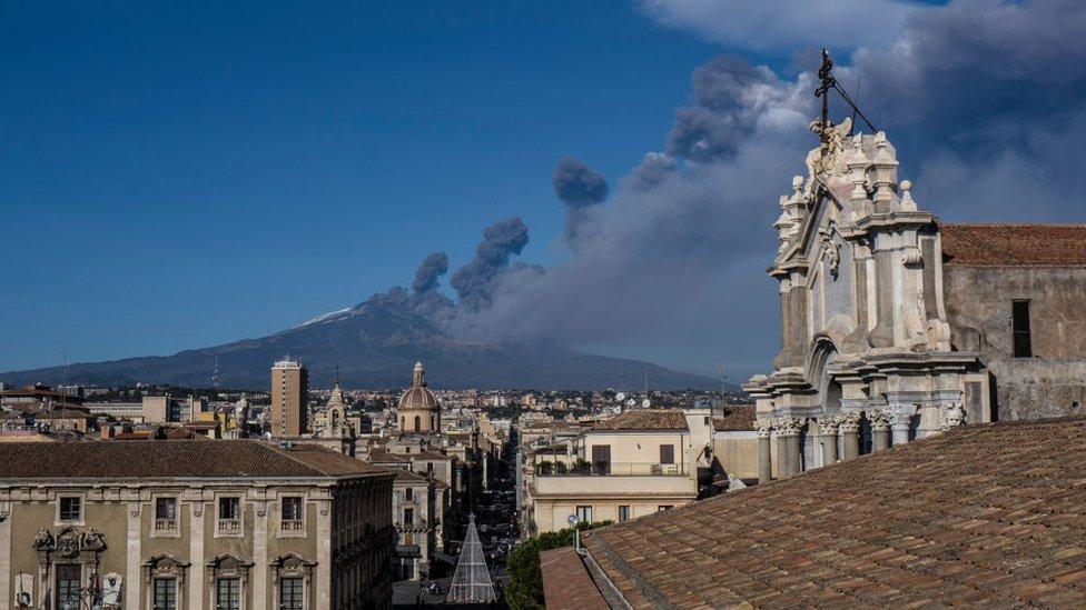 Una nube de humo proveniente del volcán puede observarse desde una de las localidades cercanas al monte Etna.