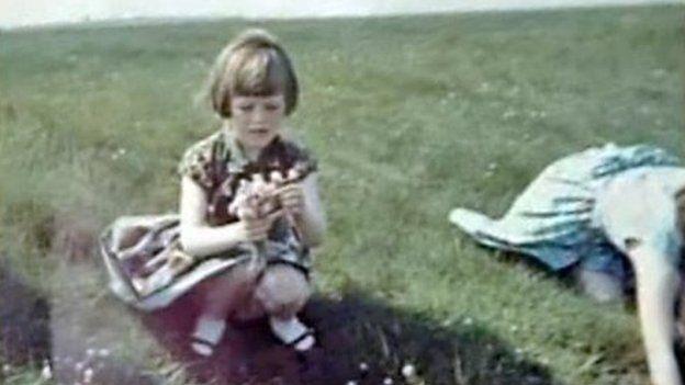 Esta imagen fue una de las otras fotos tomadas por Templeton en el día y se cree que muestran a su esposa, Annie, a la derecha, junto con Elizabeth