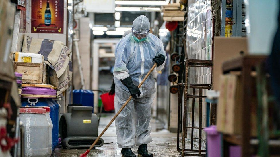香港食物環境衛生署環衛人員在一處室內菜市場內清掃消毒(19/7/2020)