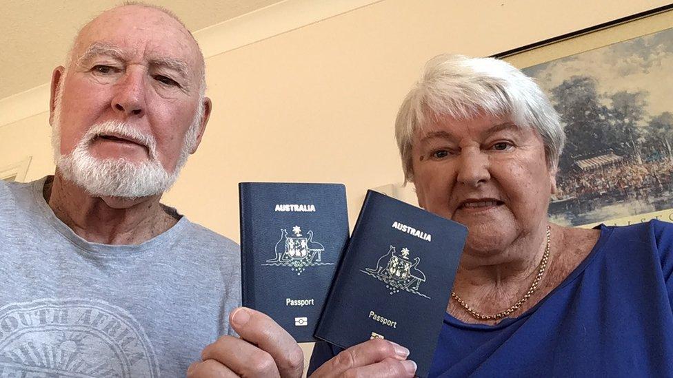 John y Margaret Sparks con sus pasaportes