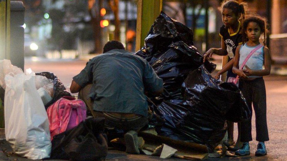 No es extraño ver a gente mirar en la basura en calles de Caracas.