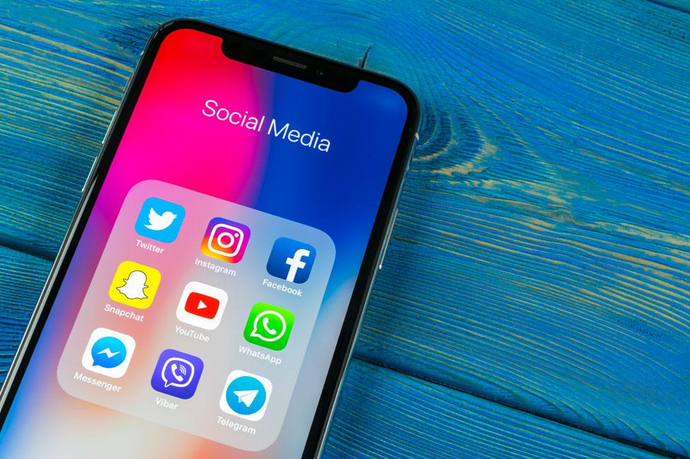 Celular con algunas de las apps más populares