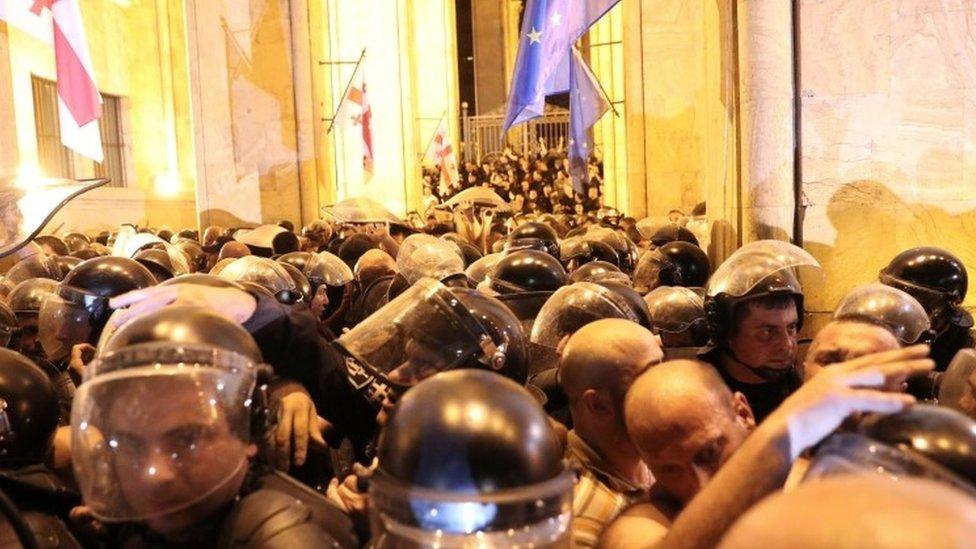 Policijski kordon ispred parlamenta tokom protesta zbog posete ruske delegacije