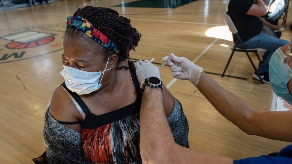 Una mujer siendo vacunada contra el covid-19.