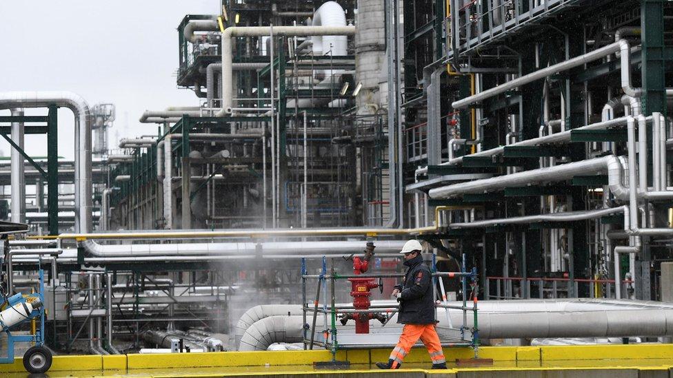Aumentan los precios petroleros y estimulan a mercados
