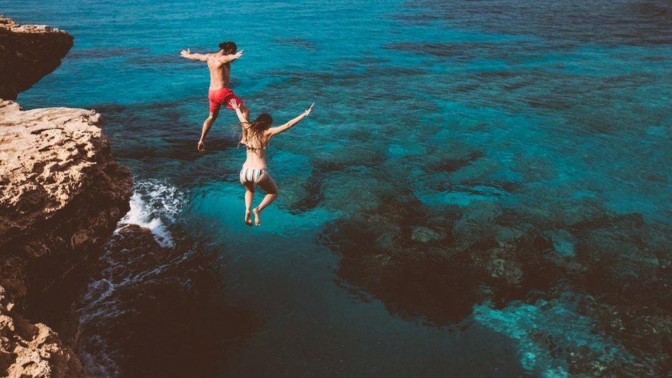 par skače u vodu