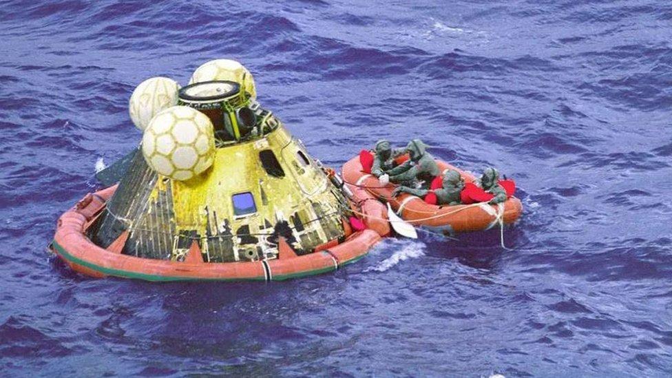 Cápsula del Apolo en el mar