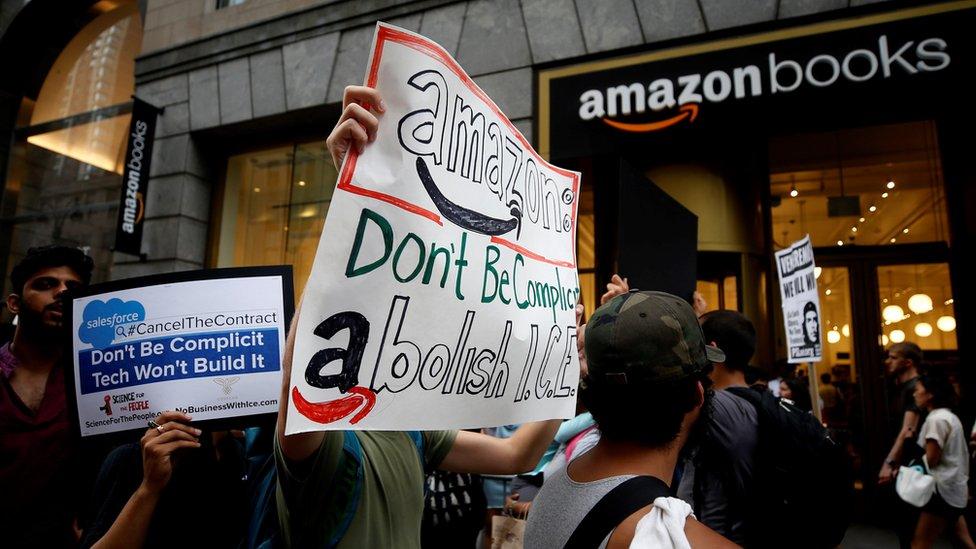 Protesta ante una librería de Amazon en Nueva York
