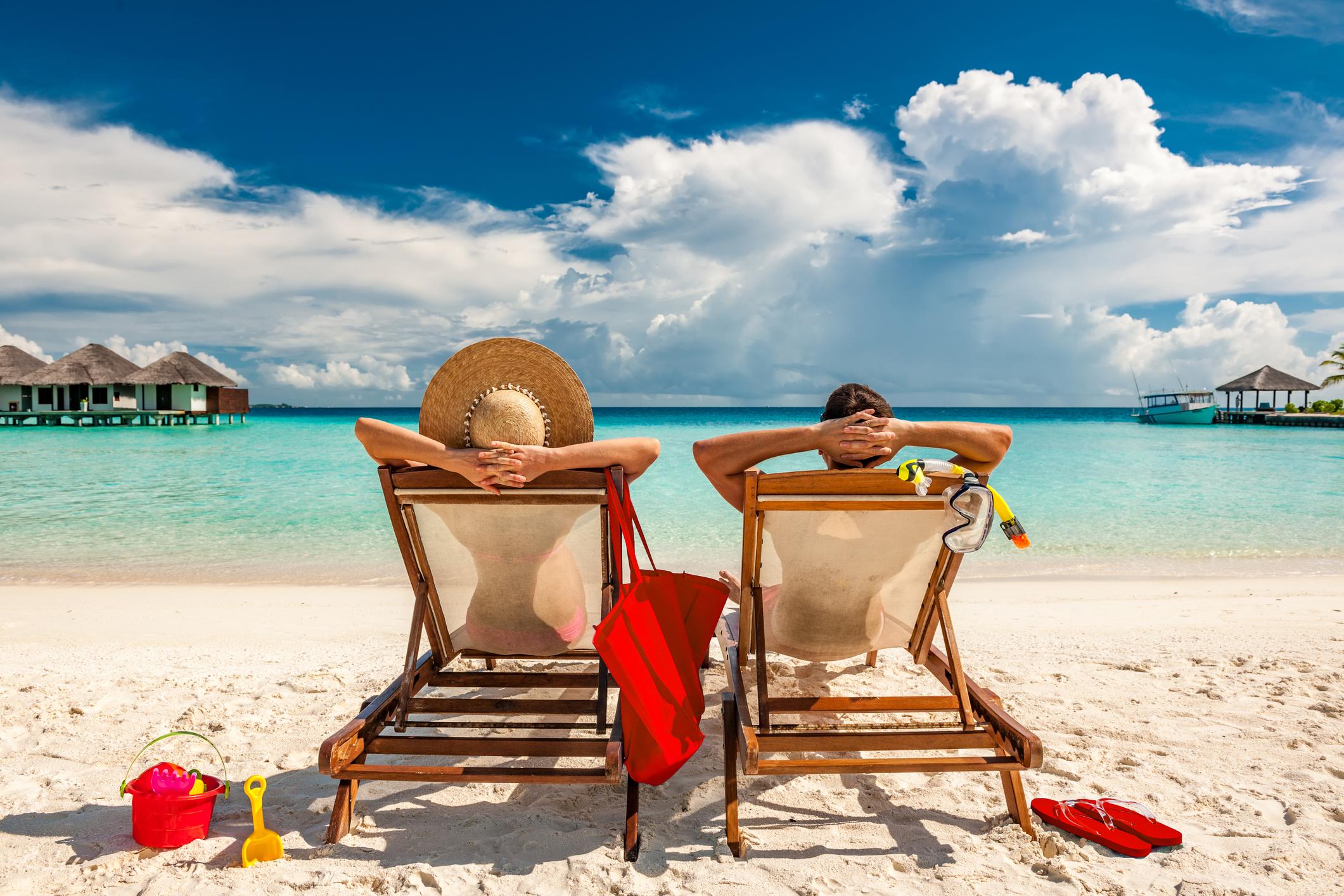 dos personas en la playa.