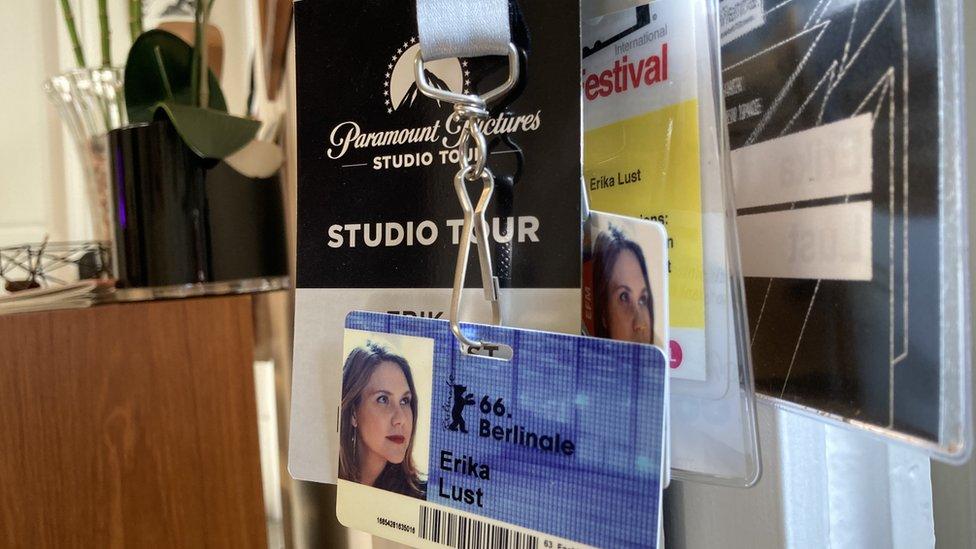 Tarjetas de acreditación de Erika Lust en su oficina de Barcelona.