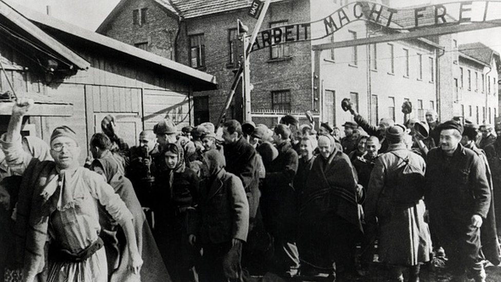 Preživeli napuštaju Aušvic na kraju Drugog svetskog rata