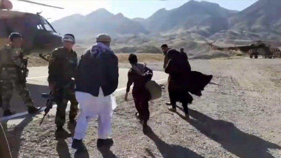 Nurija i njena dvojica braće se ukrcavaju u vojni helikopter