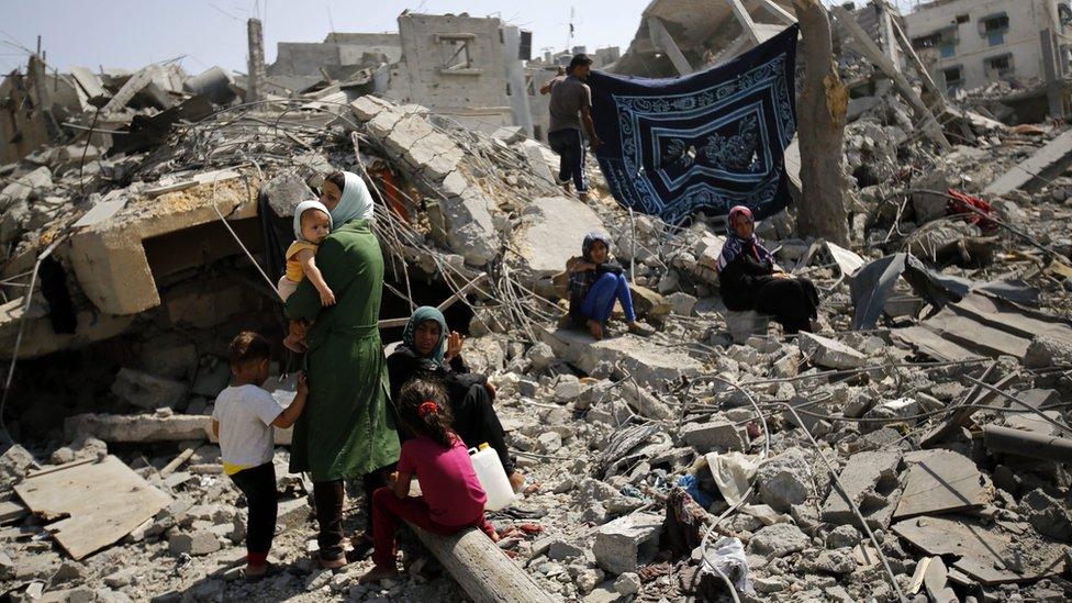 2014年8月,一戶居民在查看被毀壞的房子