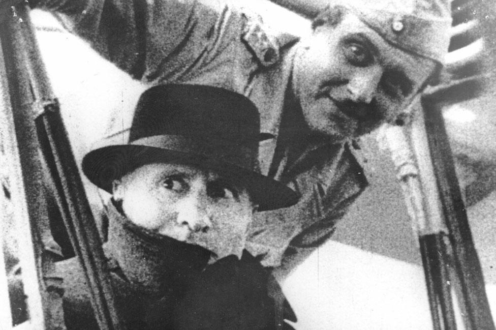 Otto Skorzeny con Benito Mussolini, tras su liberación