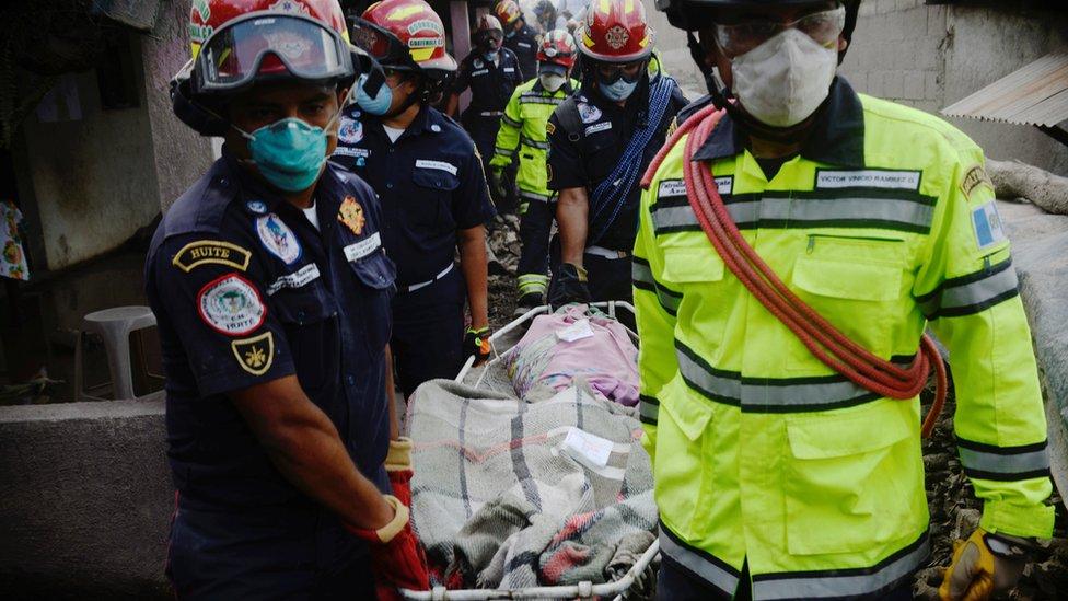 Los rescatadores trasladan a uno de los heridos.