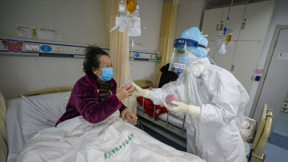 Paciente con covid-19 en un hospital de Wuhan, China