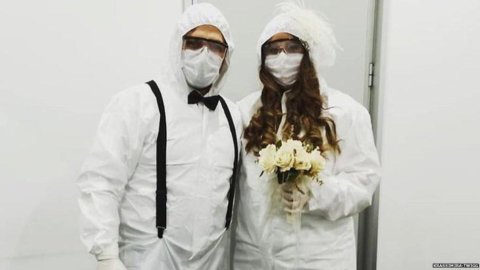 Par obučen u zaštitnu opremu