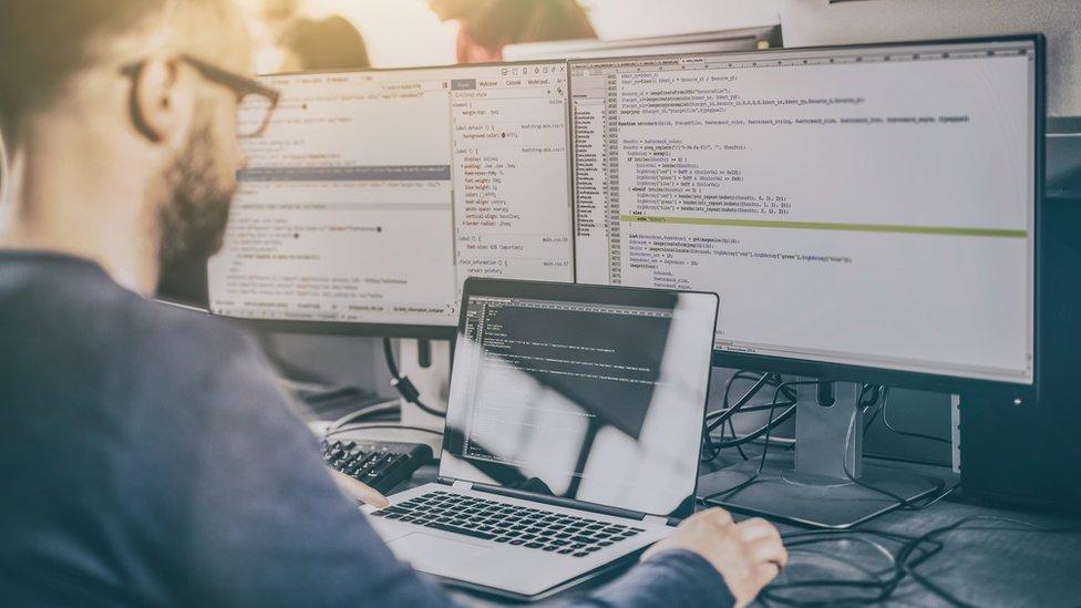 Hombre con una computadora.