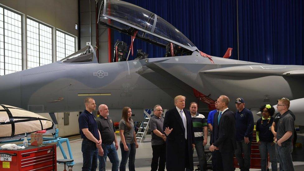 Donald Trump frente a un F15