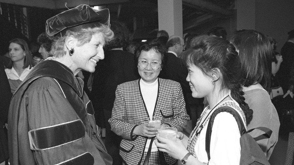 Mary Maxwell, como regente de la Universidad de Washington habla con una estudiante.